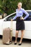 带着手提箱的俏丽的女孩 免版税库存图片