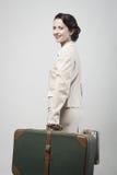 带着手提箱的可爱的葡萄酒妇女 免版税库存图片