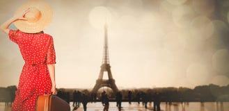 带着手提箱的女孩在巴黎 免版税图库摄影