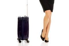 带着手提箱的女实业家腿 图库摄影