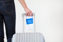 带着手提箱的妇女继续旅途 旅行保险 免版税库存照片