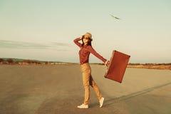 带着手提箱的妇女 免版税图库摄影