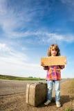 带着手提箱的孤独的女孩 库存图片