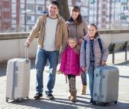 带着手提箱的家庭在旅途上 免版税库存照片