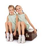 带着手提箱的小女孩 免版税库存照片