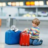带着手提箱的小孩男孩在国际机场 免版税图库摄影
