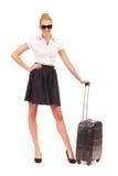 带着手提箱的快乐的女实业家。 库存照片