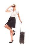 带着手提箱的快乐的女实业家。 免版税库存图片