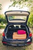 带着手提箱的汽车 免版税库存图片