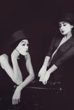 带着手提箱的笑剧妇女和人 图库摄影