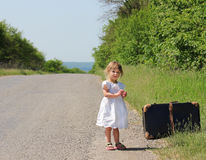带着手提箱的美丽的小女孩 库存照片
