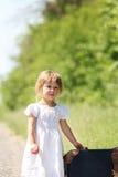 带着手提箱的美丽的小女孩 免版税库存图片