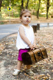 带着手提箱的美丽的小女孩 免版税库存照片