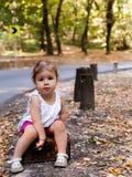 带着手提箱的美丽的小女孩 免版税图库摄影