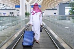 带着手提箱的阿拉伯商人在自动扶梯 免版税图库摄影
