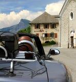 带着手提箱的露天马自达MX5在反对玛里的一个机架在法国阿尔卑斯 免版税图库摄影