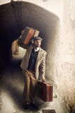 带着手提箱的移居人在一个小镇 图库摄影