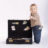 带着手提箱的年轻簿记员金钱 免版税库存图片