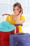 带着旅行手提箱的少妇。旅游为旅行准备 免版税库存图片