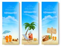 带着棕榈、海滩睡椅和手提箱的热带海边 库存图片