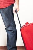 带着红色手提箱的人 免版税库存照片