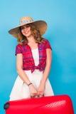 带着红色手提箱的年轻魅力妇女 旅行、假日和人概念 免版税图库摄影