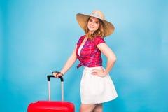 带着红色手提箱的年轻魅力妇女 旅行、假日和人概念 库存图片