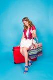 带着红色手提箱的年轻魅力妇女 旅行、假日和人概念 免版税库存图片