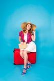 带着红色手提箱的年轻魅力妇女 旅行、假日和人概念 图库摄影