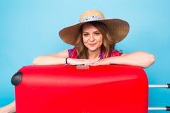带着红色手提箱的年轻魅力妇女 旅行、假日和人概念 免版税库存照片
