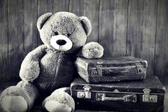 带着老手提箱的玩具熊 库存照片