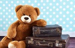 带着老手提箱的玩具熊 免版税库存照片