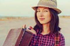 带着葡萄酒手提箱的美丽的妇女 免版税图库摄影