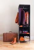 带着衣物和皮革手提箱的移动衣橱 库存照片