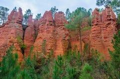 带红色岩层在鲁西永,普罗旺斯,法国 免版税图库摄影