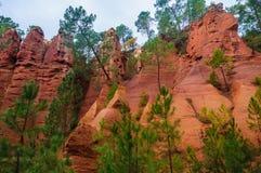 带红色岩层在鲁西永,普罗旺斯,法国 免版税库存照片