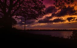 带红色晚上湖侧视图 图库摄影