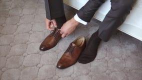 系带鞋子的一个人 影视素材