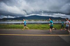 带领一个小组10K赛跑者的孤独的人 免版税库存照片