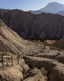 带领下来入谷的道路在沙漠 免版税库存图片