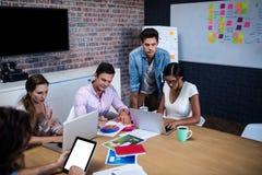 带领与一个小组的经理一次会议创造性的设计师 免版税库存图片