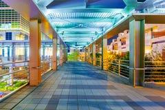带领入台北101购物中心的人行桥天桥 免版税库存图片