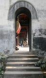 带领入鼓屋子的一个狭窄的拱道的步中国寺庙的 免版税库存照片