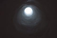 带领入轻的开头的黑暗的隧道 免版税库存图片