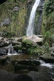 带领卡丝卡达乐团Taxopamba的瀑布浇灌漫过岩石入水池奥塔瓦洛厄瓜多尔 库存照片