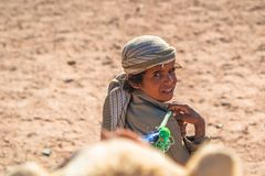 带领在沙漠的小男孩一头骆驼在洪加达,埃及附近 图库摄影
