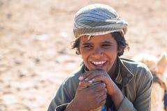 带领在沙漠的小男孩一头骆驼 图库摄影