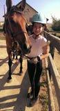 带领她的马的女孩 免版税库存照片