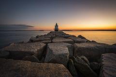 带领往春天点壁架灯塔的岩石跳船 免版税图库摄影