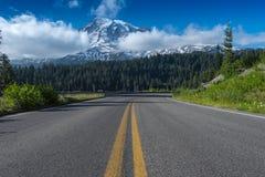 带领往瑞尼尔山的路 库存照片